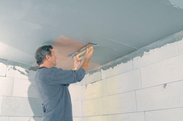 Aplikace sádrových omítek a stěrek na strop