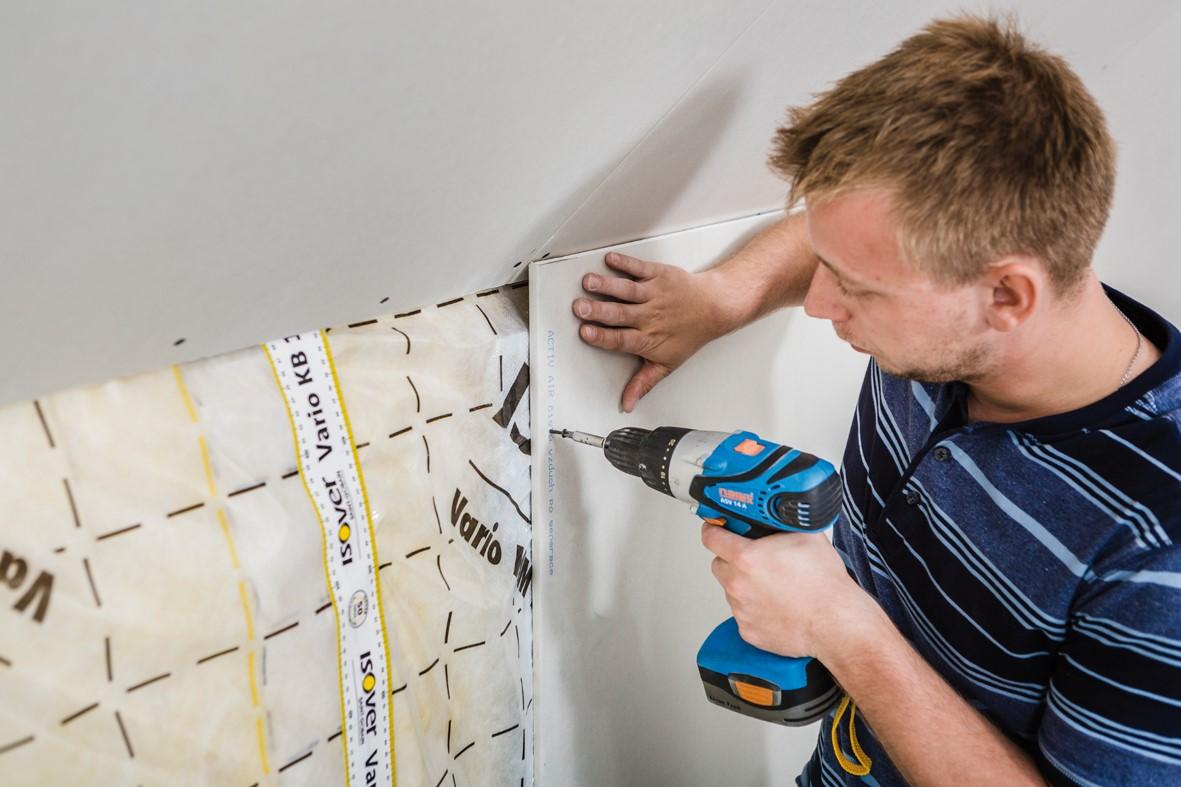 Jak na montáž svislých sádrokartonových předstěn v podkroví